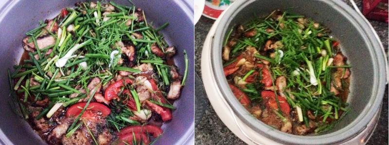 Bỏ mỡ cá vào rán cho ra mỡ rồi cho cá đã nướng vào chảo, rắc hành lá, hạt tiêu đảo đều. Chảo cá lúc nào cũng phải nóng ăn mới ngon.